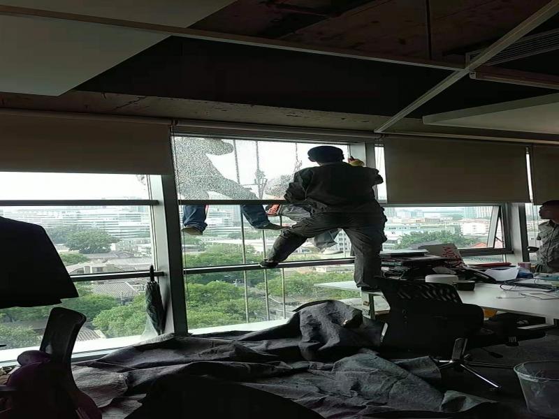 蜘蛛人更换玻璃